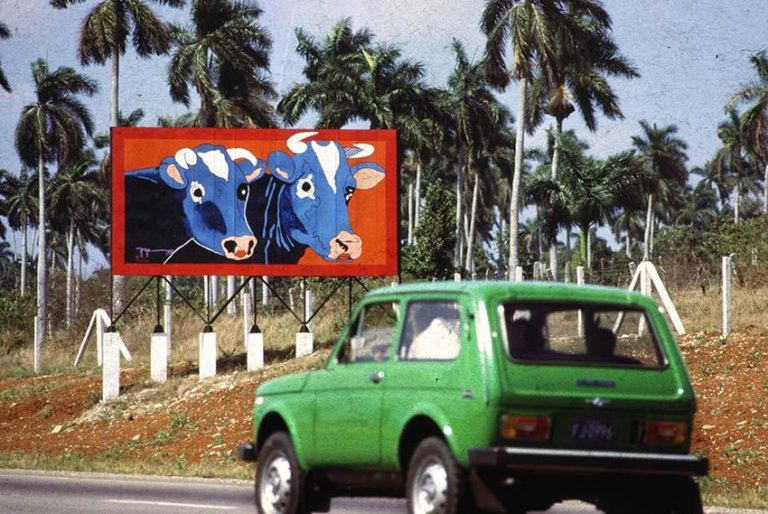 Arte en la carretera, 1985. Valla realizada por Rafael Zarza. Autopista Nacional, Km 14,9. Foto: José A. Figueroa. Cortesía Estudio Figueroa-Vives