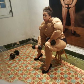 Performance de artista Alicia Rodríguez Alvisa: con brazo fuerte…