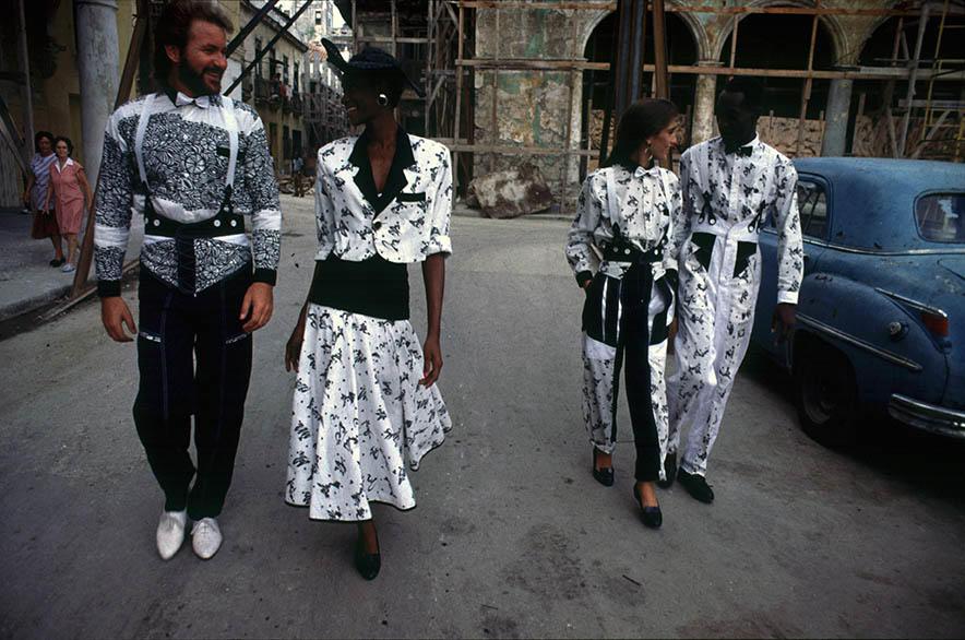 Vestuario utilizando diseños de Nja Mahdaoiu para Telarte VI, 1989. Foto: José A. Figueroa. Cortesía Estudio Figueroa-Vives