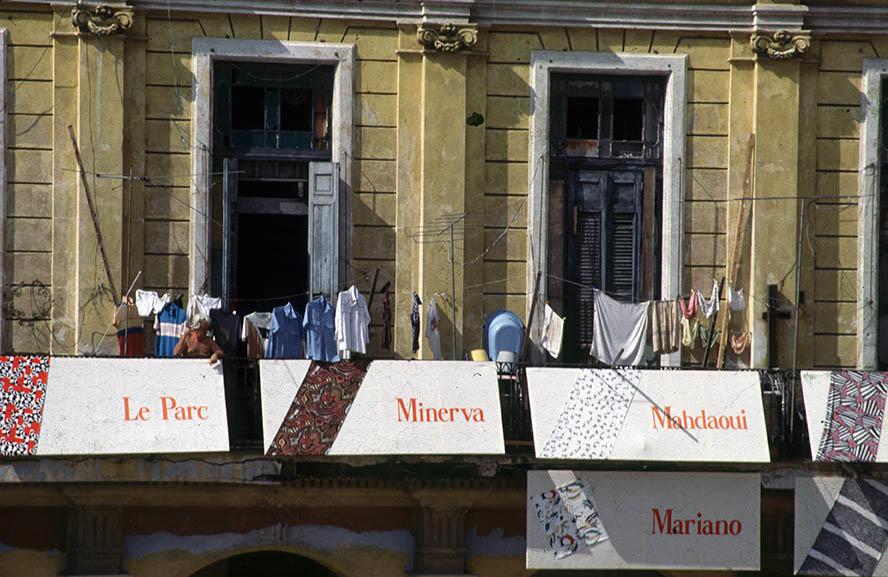 Vista parcial de los balcones de la Plaza Vieja de La Habana anunciando la exposición Telarte VI, 1989. Foto: José A. Figueroa. Cortesía Estudio Figueroa-Vives