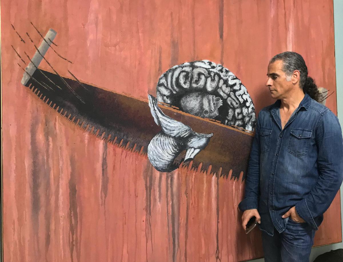 Ernesto Benítez en su open studio. Autoretrato: El proceso I. 2006. Cenizas, arcilla y fotografía manipulada/ tela. 200 x 170 cm.