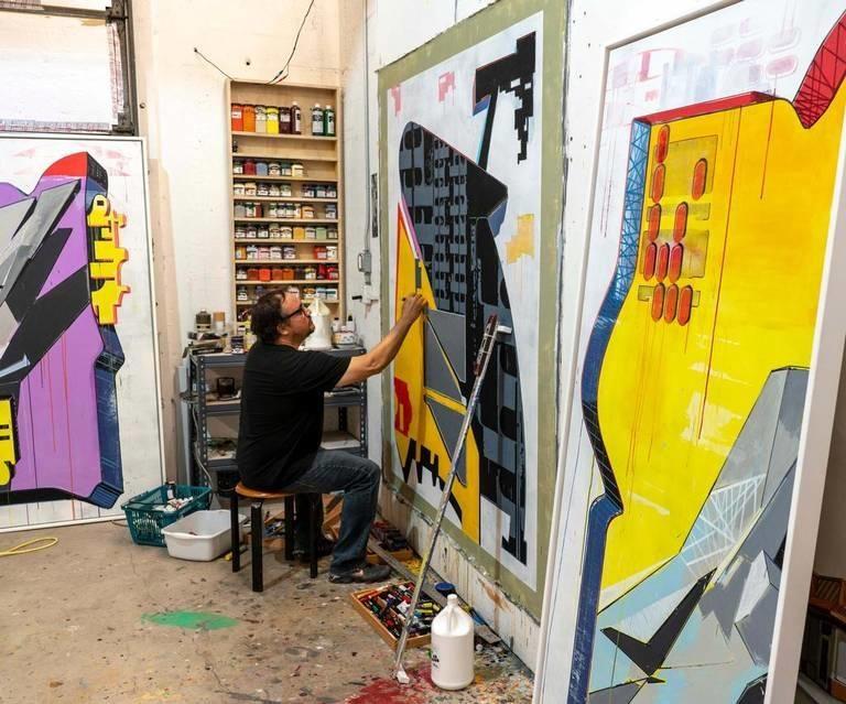 Nestor Arenas en su estudio de Miami