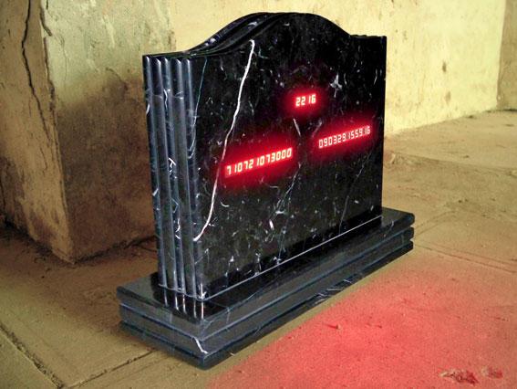 SaMsara. 2009. Mármol y sistema electrónico con programación digital de reloj y calendario en tiempo real. 50 x 70 x 20 cm (Edición de tres: 1/3).