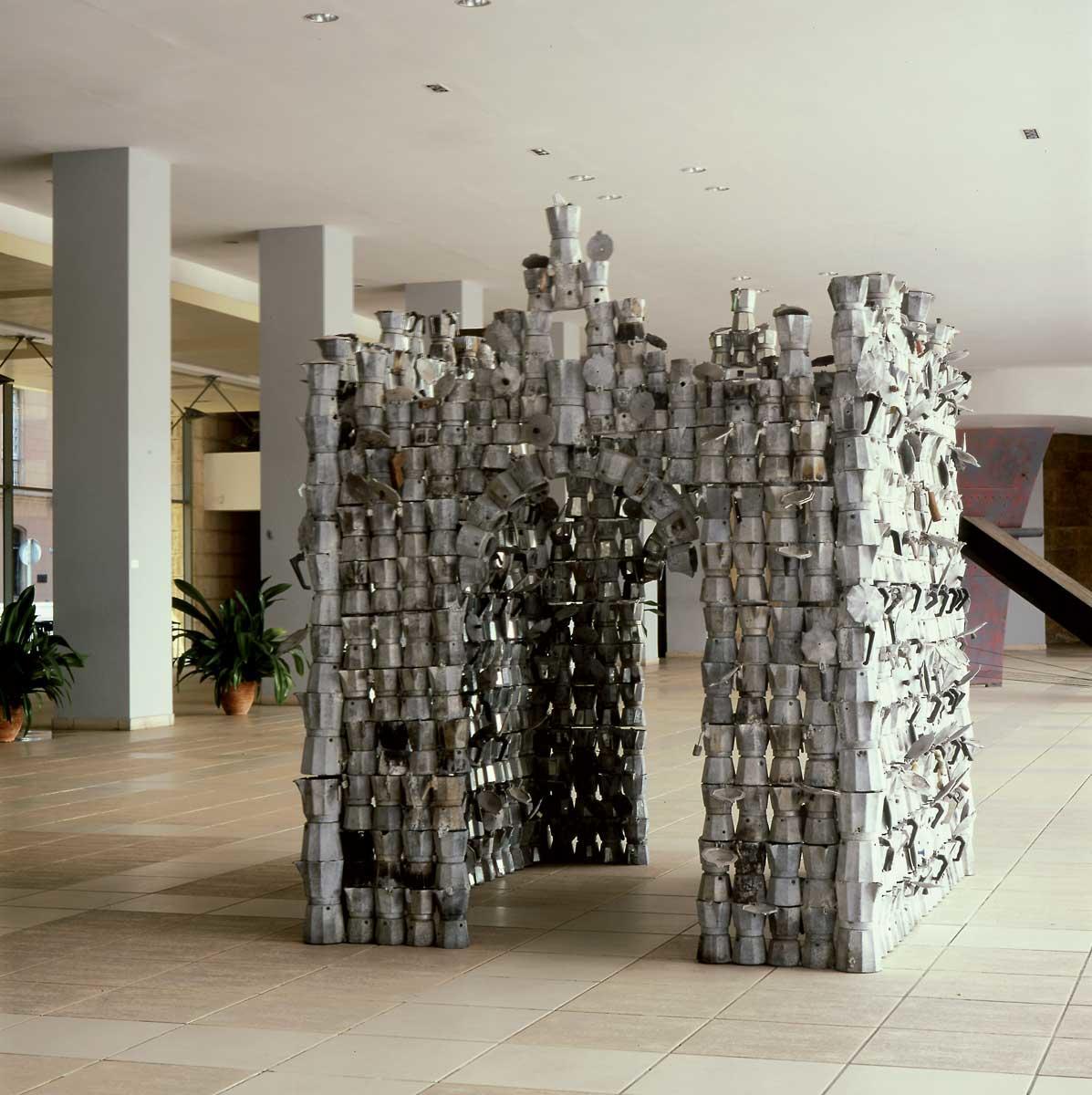 Roberto Fabelo. Cafedral. 2002-2003. Cafeteras de aluminio y espejos. 220 x 200 x 200 cm. Col. Museo Nacional de Bellas Artes, La Habana.