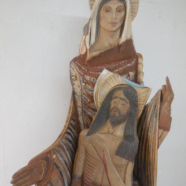 Alejandro Aguilera. Piedad. 2019. Madera policromada, cerámica, porcelana, metal, barro de Georgia. 182 x 61 x 61 cm.