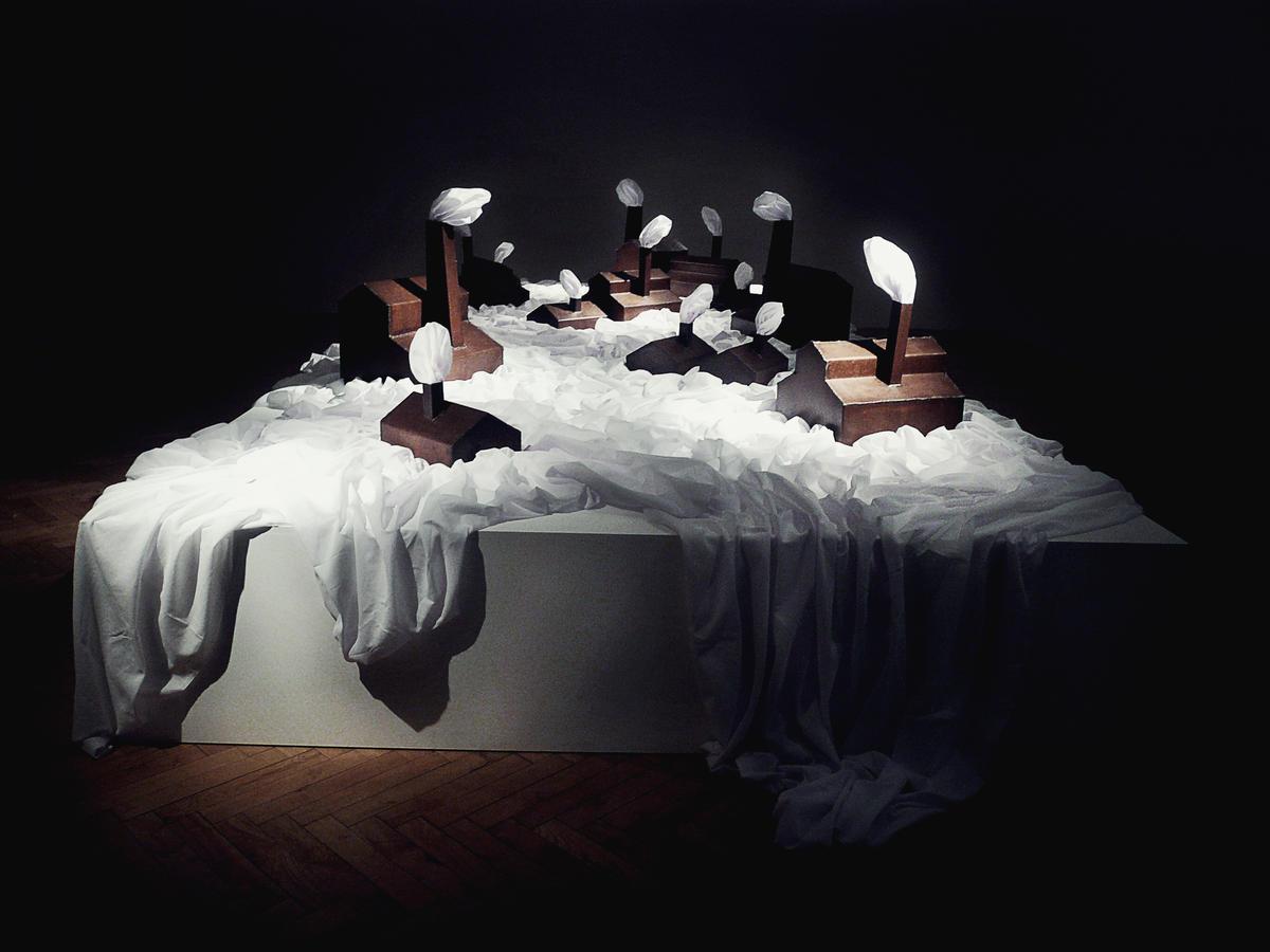 Building illusions. 2013. Acero y sábanas blancas. Dimensiones variables. Vista de la obra en la OK Biennale Cuvée. Linz, Austria.