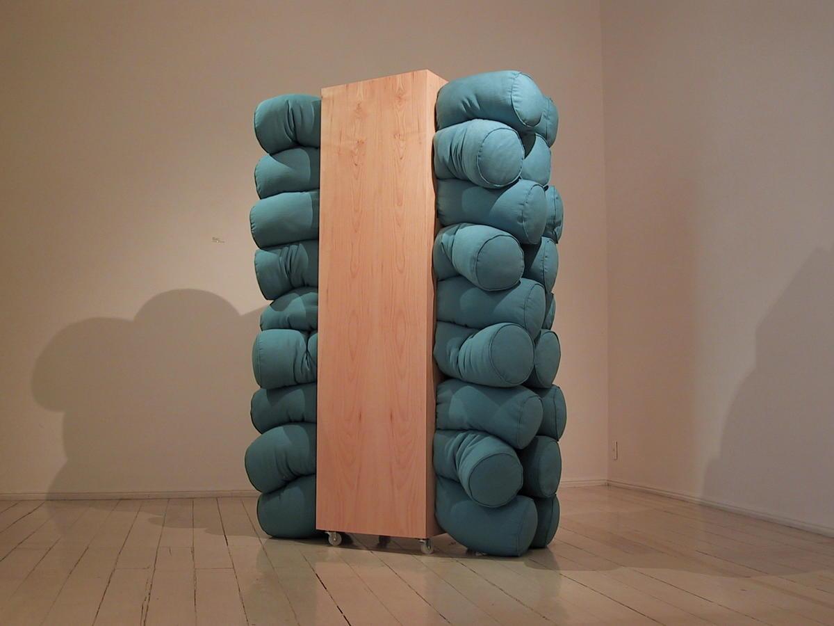 Closet II. 2000. Madera, tela y hule espuma. 187 x 120 x 55 cm.