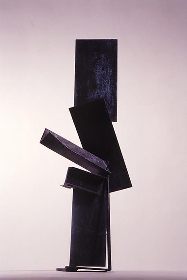 Tomás Oliva. Planos ascendentes. 1988. Hierro. Aproximadamente 170 cm. Colección privada, Miami, Estados Unidos.