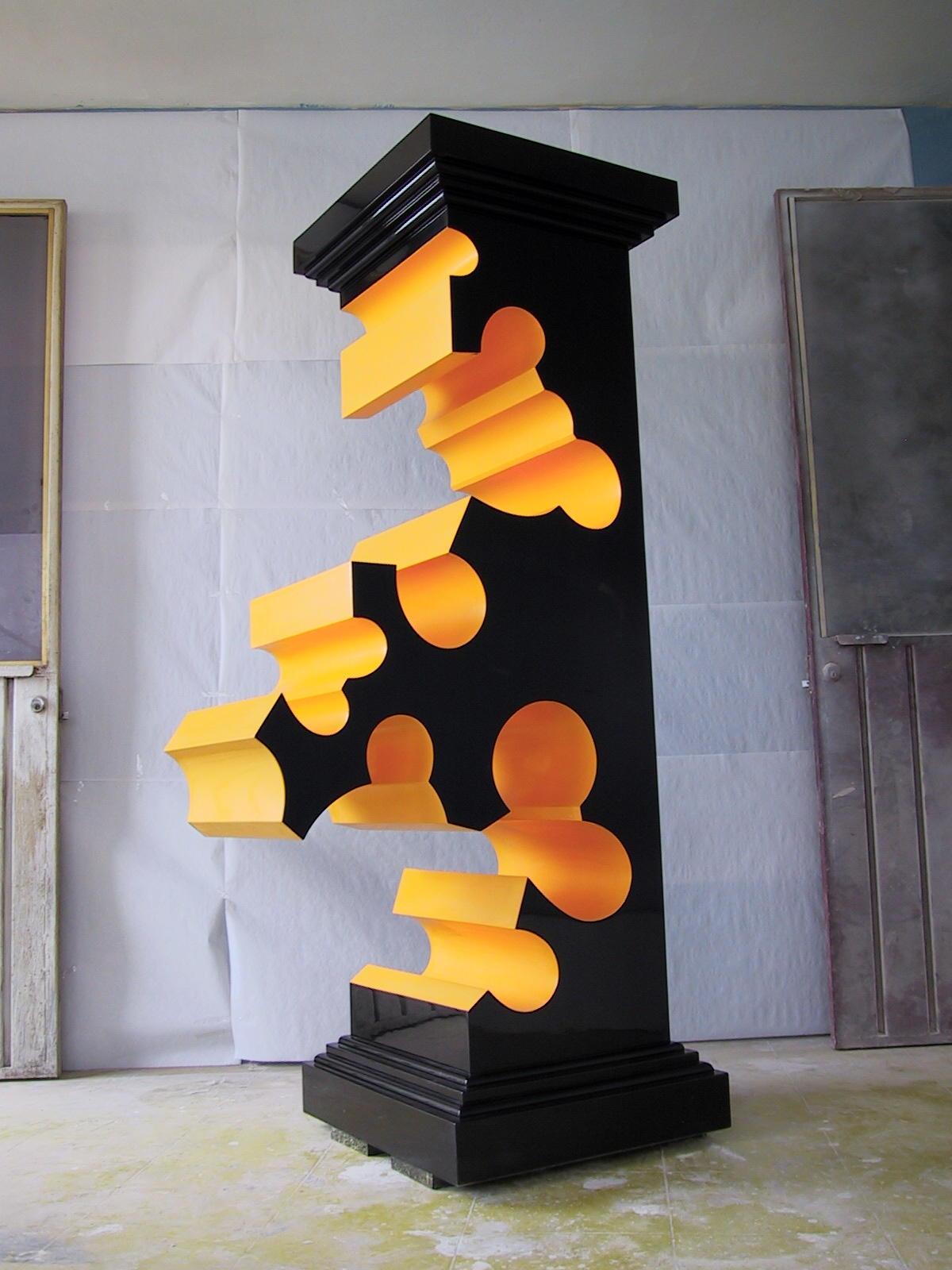 Pedetela. 2006. Madera, laca. 230 x 130 x 50 cm.
