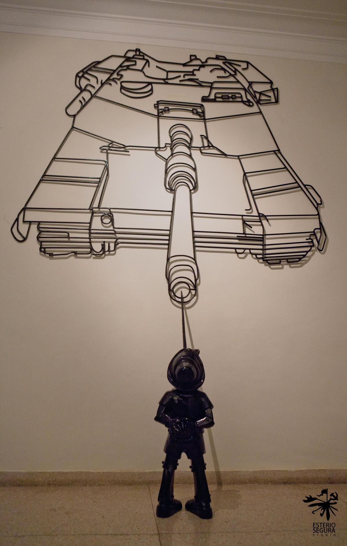 Boomerang, 2011. Serie La historia se muerde la cola. Fibra de vidrio y acero. Dimensiones variables.