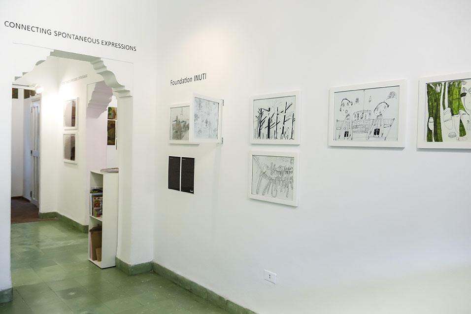 Vista de la exhibición Conectando Expresiones Espontáneas Vol. I. RIERA STUDIO, La Habana, 2018. Se aprecia la obra de artistas invitados de la Fundación INUTI (Estocolmo, Suecia).