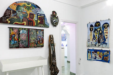 De la Colección Art Brut Project Cuba, La Habana, con obras de Bernardo Sarría Almoguea (izquierda), Ramón Moya Hernández (centro) y Julián Espinosa Rebollido, Wayacón (derecha).