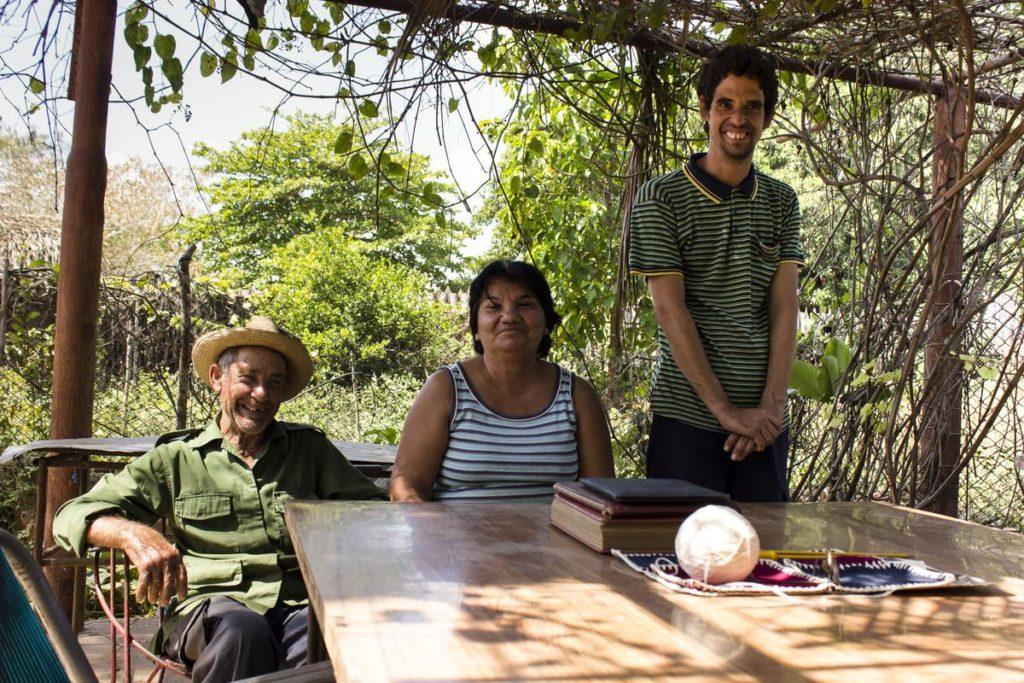 Josvedy Jove Junco (a la derecha y de pie), artista de Art Brut Project Cuba, junto a su familia en su hogar, La Habana, 2015. Foto: Derbis Campos. Archivos de la Colección Art Brut Project Cuba, La Habana.