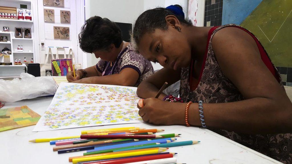 Taimy Linares Rábago, artista que forma parte de Art Brut Project Cuba. Asiste también al espacio de creación que cada sábado se realiza en RIERA STUDIO, La Habana, 2019. Foto: Derbis Campos. Archivos de la Colección Art Brut Project Cuba, La Habana.