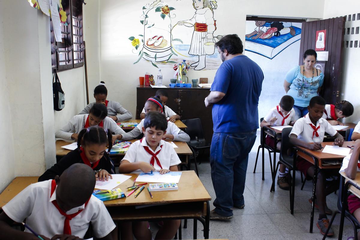 Una sesión del taller de creación artística conducido por Samuel Riera (de pie), director de RIERA STUDIO | Art Brut Project Cuba, en la Escuela de Educación Especial Luis Ramírez López, La Habana. Foto: Derbis Campos. Archivos de la Colección Art Brut Project Cuba, La Habana.