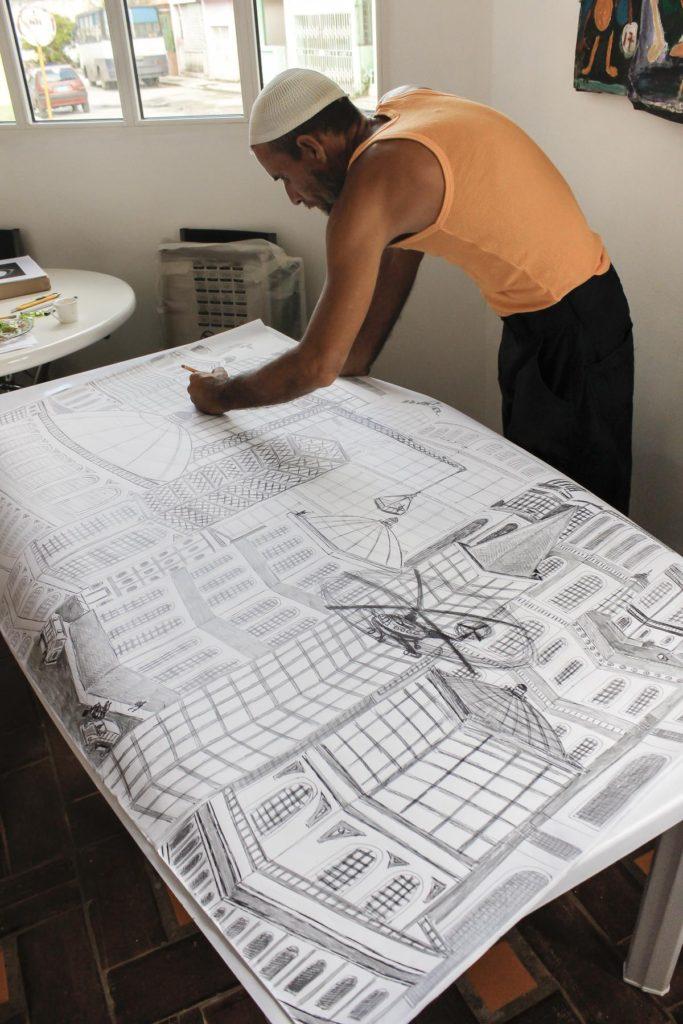 Damián Valdés Dilla, artista de Art Brut Project Cuba, realiza uno de sus dibujos de gran formato en una de las salas de RIERA STUDIO, La Habana, 2014. Foto: Derbis Campos. Archivos de la Colección Art Brut Project Cuba, La Habana.