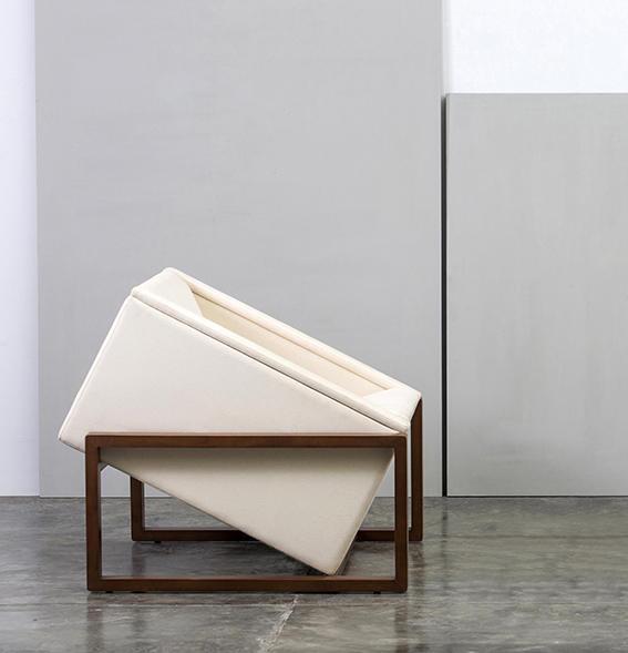 Butaca Mondrian, 2016. Diseño de Luis Ramírez. (En el contexto de la exposición Convergencias, Factoría Habana, 2018. Foto de Erick Coll).