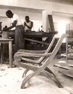 En un primer plano, en fase de gestación, la butaca Miguelito, 1961. Diseño de Clara Porset.