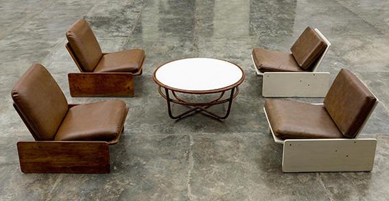 Funcional mobiliario de tableros de los años 70 –diseño de la Empresa de Producciones Varias (EMPROVA)– emplazado en el contexto de la muestra colectiva Convergencias, Factoría Habana, 2018.