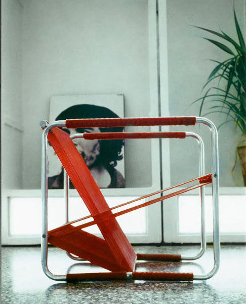 Silla Roja, 1970. Diseño de Reinaldo Togores. En escena, el metal y el plástico entrelazados.