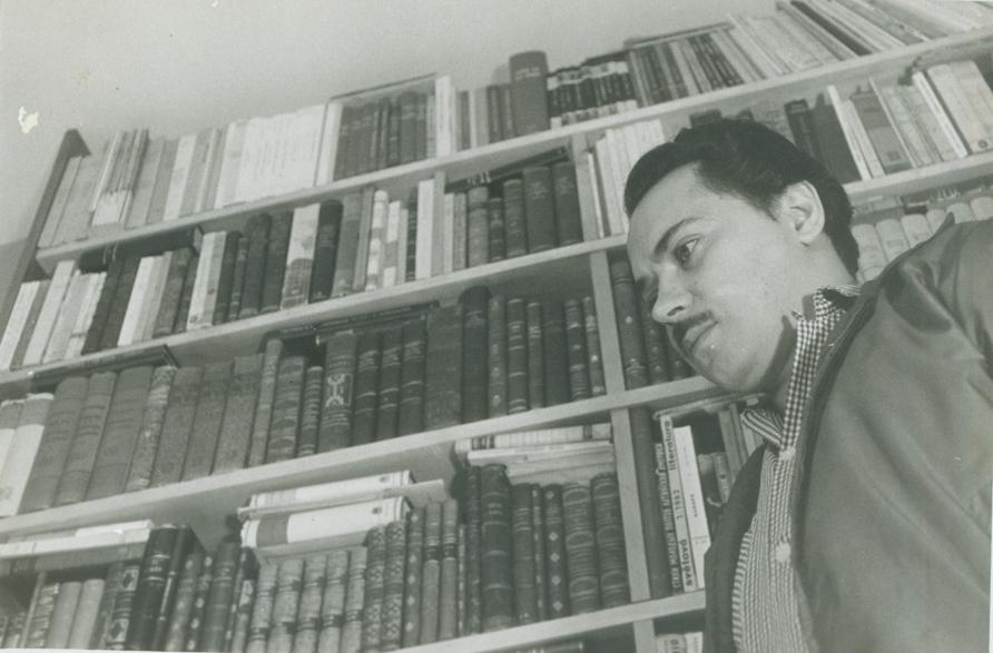 """""""Sí, preparo mis cosas, y lloro un poco sobre algunas,/ sobre el sillón caliente y amputado, sobre un libro,/ sobre mi roto espejo guardador de agonías/ y padre de mi edad y de mis lágrimas./ No dejo nada, nada, furia o pez en el aire, breve fantasma/ del mediodía sobre las nubes de cemento"""". (Fayad Jamís: Los párpados y el polvo, 1954). Foto: Oficina del Historiador de la Ciudad, La Habana."""