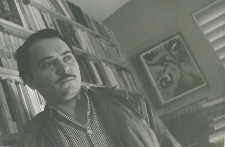 """""""El viento hincha, estremece las tablas, los libros,/ me hiere a mí que contemplo miedoso./ Miedoso, sí. Me asustan ciertas visitas diurnas,/ ciertos pasos de mediodía muerto entre esplendores./ Miedoso. Mi familia está lejos. No voy a abrir la puerta"""". (Fayad Jamís: Los párpados y el polvo, 1954). Foto: Oficina del Historiador de la Ciudad, La Habana."""
