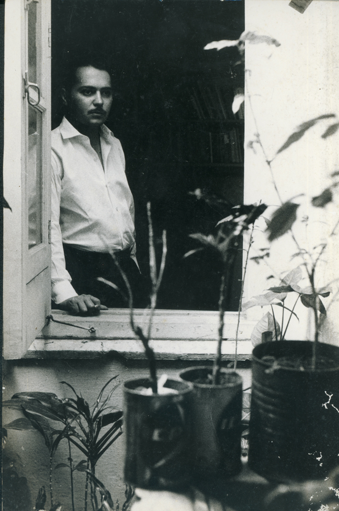"""""""Esto es una ventana, y esto la corneta ronca de un/ automóvil, y esto el ala ensangrentada de una tojosa muerta/ en el momento de su más acuoso gemido. Todo se junta;/ todo viene a mí; todo es lo mismo a la hora de sacudirme las/ estrellas y preparar las riendas para seguir"""". (Fayad Jamís: Los párpados y el polvo, 1954). Foto: Oficina del Historiador de la Ciudad, La Habana."""
