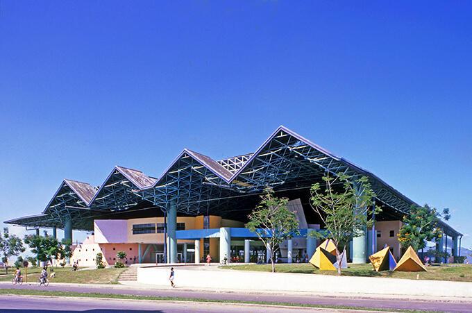 Figura 4. Terminal de Ferrocarriles, Santiago de Cuba, 1988-1997, arquitecto José Antonio Choy y equipo. (Foto de Eduardo Luis Rodríguez).