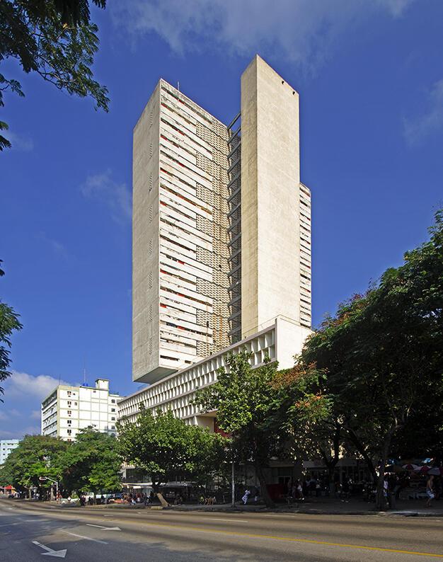 Figura 5. Edificio del Seguro Médico, La Habana, 1956-1958, arquitecto Antonio Quintana (Quintana, Rubio y Pérez Beato). (Foto de Eduardo Luis Rodríguez).