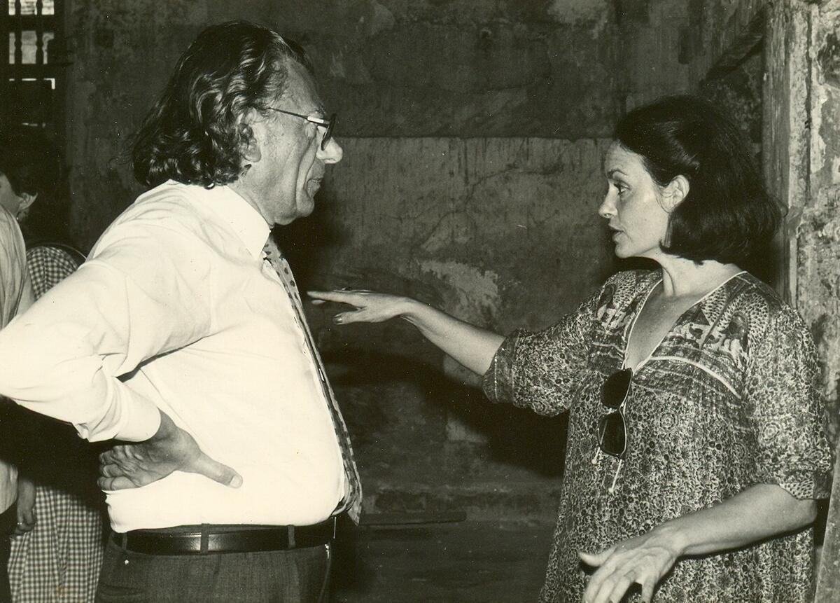 Durante un chequeo de obras del habanero Convento de Santa Clara, instante de diálogo con el Dr. Sylvio Mutal, del PNUD, 1984.