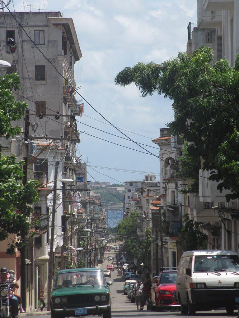 Figura 4. El mar, a lo lejos, visto desde una calle de Centro Habana. (Foto de Laura Morejón, 2012).