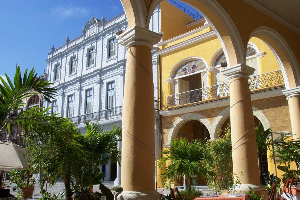 En el contexto de la Plaza Vieja, La Habana, y su fisonomía de estos tiempos: obra impulsada por el Centro Nacional de Conservación, Restauración y Museología (CENCREM) en los años 80.