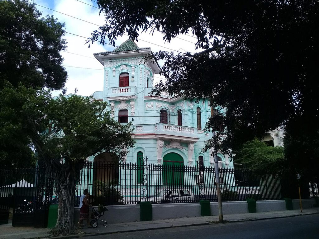 Figura 8. Una de las muchas casas con torre-mirador, interesante característica de El Vedado. (Foto de Ángela Rojas, 2020).