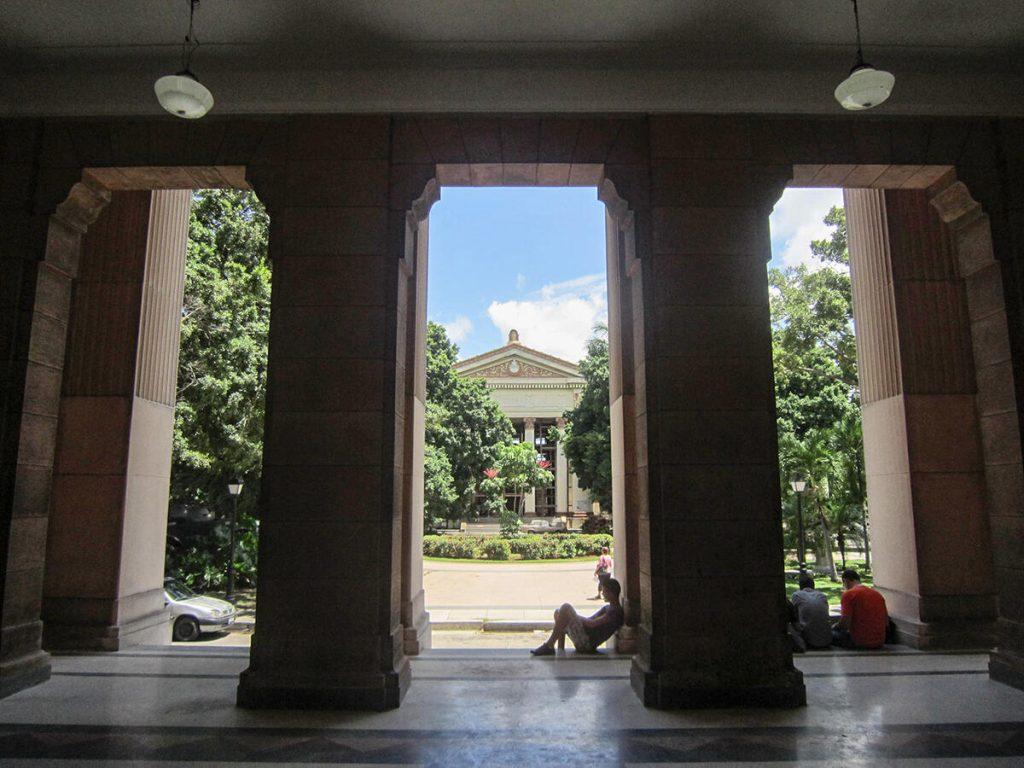 Figura 9. La Plaza Cadenas y el Rectorado desde la Biblioteca Central de la Universidad de La Habana. (Foto de Ángela Rojas, 2012).
