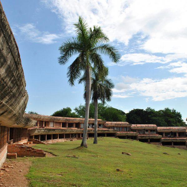 """En la Escuela de Música, el bloque de las aulas –llamado """"el gusano""""– en medio del paisaje. (Foto: María Villar Choy)."""
