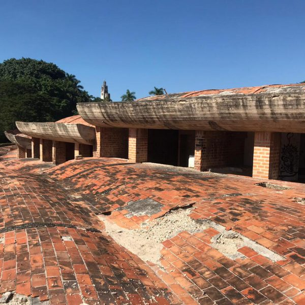 El paseo peatonal sobre las cubiertas en la Escuela de Música. (Foto: Jorge A. Fernández Torres).