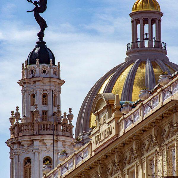 """Gran Teatro de La Habana """"Alicia Alonso"""" y el Capitolio, edificaciones capitalinas de la Isla. (Foto: Giselle Fernández Chávez)."""