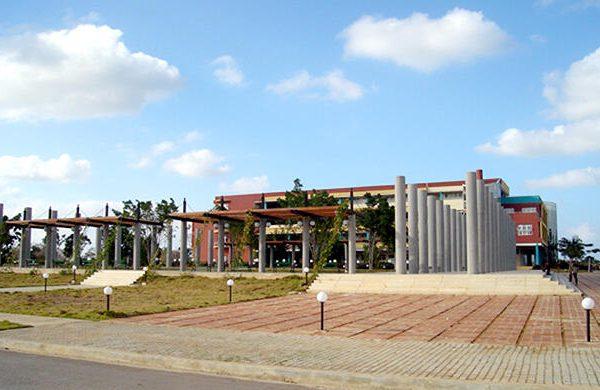 Plaza Mella, en la Universidad de la Ciencias Informáticas (UCI), por el estudio Choy-León. Artista invitado: José Villa Soberón.
